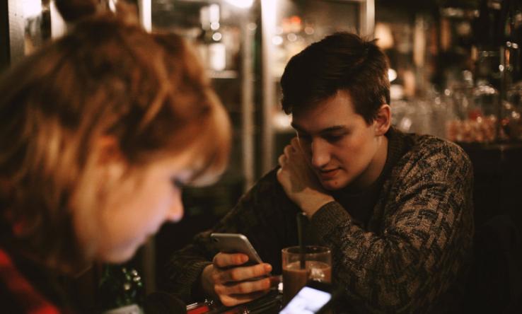 Café: Smartphones als Fluchtweg